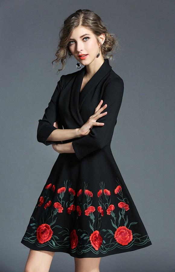 Juoda suknelė siuvinėta raudonomis gėlėmis S  (VIN1298_1)